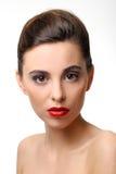 Härlig flicka med perfekt hud och röd läppstift royaltyfri bild