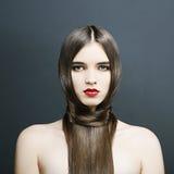 Härlig flicka med perfekt hud, röd läppstift Arkivbilder