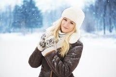 Härlig flicka med perfekt hud som poserar i parkera Royaltyfria Bilder