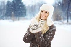 Härlig flicka med perfekt hud som poserar i parkera Fotografering för Bildbyråer