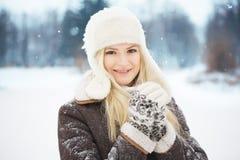 Härlig flicka med perfekt hud som poserar i parkera Royaltyfria Foton
