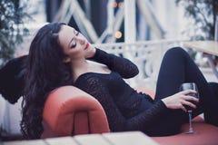 Härlig flicka med röd läppstift och exponeringsglas av rött vin Royaltyfria Bilder