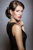 Härlig flicka med röda kanter i svartkläder i form av retro Härlig le flicka Royaltyfri Fotografi