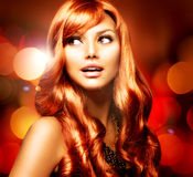 Härlig flicka med rött hår Fotografering för Bildbyråer