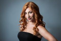 Härlig flicka med rött lockigt hår Arkivbilder