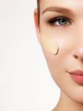Härlig flicka med rent nytt hudslut upp Begrepp för hudomsorg arkivbilder
