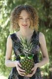 Härlig flicka med rolig ananas Arkivfoto