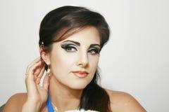 Härlig flicka med romantiker, blå intensiv makeup Arkivbild