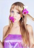 Härlig flicka med rosa blommor Arkivfoto