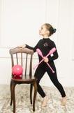 Härlig flicka med rosa hjälpmedel för rytmisk gymnastik Arkivbilder