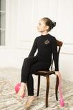 Härlig flicka med rosa hjälpmedel för rytmisk gymnastik Royaltyfri Bild