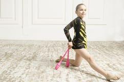 Härlig flicka med rosa klubbor för rytmisk gymnastik Arkivfoto