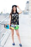 Härlig flicka med skateboarden Royaltyfri Foto