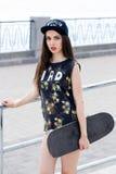 Härlig flicka med skateboarden Royaltyfri Fotografi