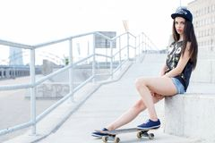 Härlig flicka med skateboarden Royaltyfri Bild