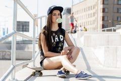 Härlig flicka med skateboarden Arkivbilder
