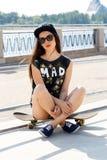 Härlig flicka med skateboarden Fotografering för Bildbyråer