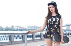 Härlig flicka med skateboarden Arkivfoton