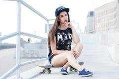 Härlig flicka med skateboarden Arkivfoto