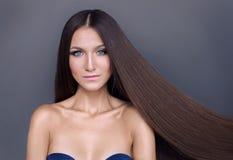 Härlig flicka med skinande långt hår brunn-ansat blont hår royaltyfria foton