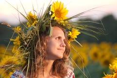 Härlig flicka med solrosen Arkivbild