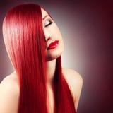 Härlig flicka med sunt långt hår Royaltyfri Fotografi