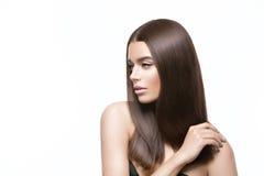 Härlig flicka med sunt skinande hår royaltyfri foto