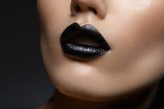 Härlig flicka med svarta kanter Royaltyfria Bilder