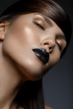 Härlig flicka med svarta kanter Arkivfoto