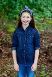 Härlig flicka med tio år gammalt tycka om av en härlig dag Royaltyfri Bild