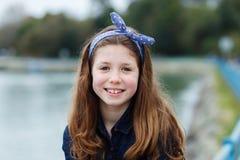 Härlig flicka med tio år gammalt tycka om av en härlig dag Arkivbild