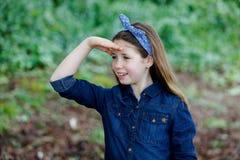 Härlig flicka med tio år gammalt tycka om av en härlig dag Arkivfoto
