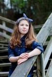 Härlig flicka med tio år gammalt tycka om av en härlig dag Arkivbilder