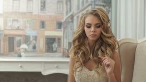 Härlig flicka med ursnyggt hår och makeup arkivfilmer