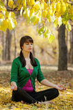 Härlig flicka med yoga Arkivbild
