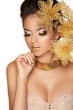 Härlig flicka med yrkesmässigt smink dekorativa blommor B Fotografering för Bildbyråer