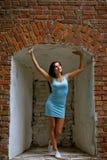 Härlig flicka nära brickwallblicken till himmel Fotografering för Bildbyråer