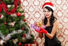 Härlig flicka nära ett julträd Arkivbild