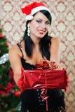 Härlig flicka nära ett julträd Arkivfoto