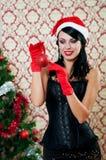 Härlig flicka nära ett julträd Arkivbilder