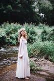 Härlig flicka nära floden Arkivfoton