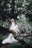 Härlig flicka nära floden Arkivbild