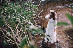 Härlig flicka nära floden Arkivbilder