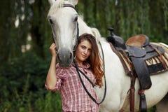Härlig flicka nära hästen Fotografering för Bildbyråer