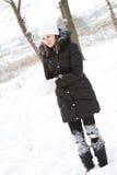 härlig flicka nära snowtree Royaltyfri Bild