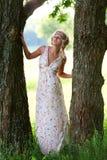 Härlig flicka nära träd arkivfoto