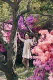 Härlig flicka och blomningrhododendron Royaltyfria Foton
