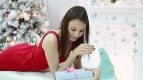 Härlig flicka och gåvor för nytt år stock video