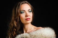 Härlig flicka och päls Fotografering för Bildbyråer