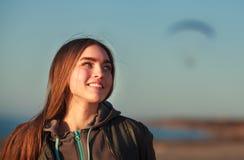 Härlig flicka och paraplane Royaltyfri Foto